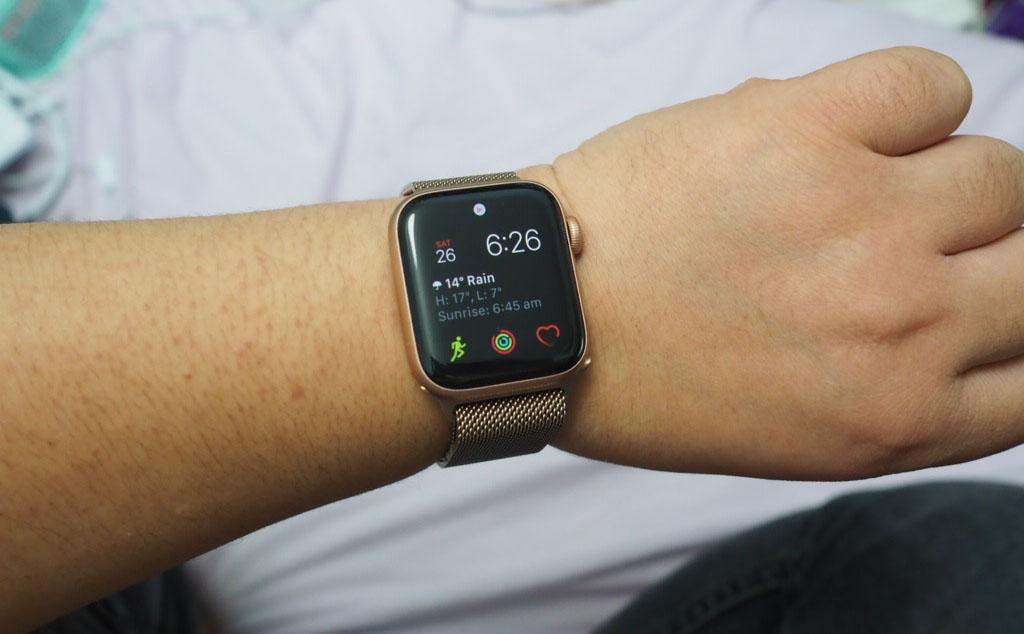 apple watch 5 on wrist